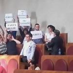 I consiglieri M5S protestano in aula - (Foto tratta dal profilo Facebook del consigliere Capitolino Gemma Guerrini)