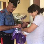 I carabinieri in visita a mamma e bimba