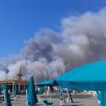 La colonna di fumo vista dal mare (Foto Omniroma)