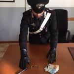CASSIA - Il coltello e le munizioni sequestrate dai Carabinieri