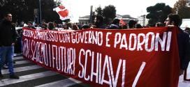 """MIGLIAIA GLI STUDENTI IN CORTEO A ROMA: """"NON SAREMO FUTURI SCHIAVI"""""""