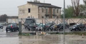 I controlli dei carabinieri nel campo nomadi di via Salone