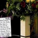 Un biglietto lasciato durante il funerale (Foto Omniroma)