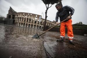 Colosseo allagato per il maltempo sulla Capitale, Roma, 6 novembre 2014. ANSA/ANGELO CARCONI