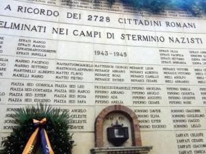 """Il """"Muro del deportato"""", il monumento al Cimitero del Verano in ricordo di tutti i romani deportati nei lager, Roma, 16 ottobre 2013. Al centro del Monumento è installata un?urna contenente le ceneri raccolte nei crematori dei Lager. ANSA/ FEDERICA DI CARLO"""