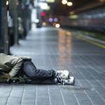 All'interno della Stazione Termini, ai bordi del marciapiede di un binario, un giovane ragazzo è rannicchiato sul marciapiede durante il sonno oggi 15 dicembre 2011 a Roma ANSA/MASSIMO PERCOSSI